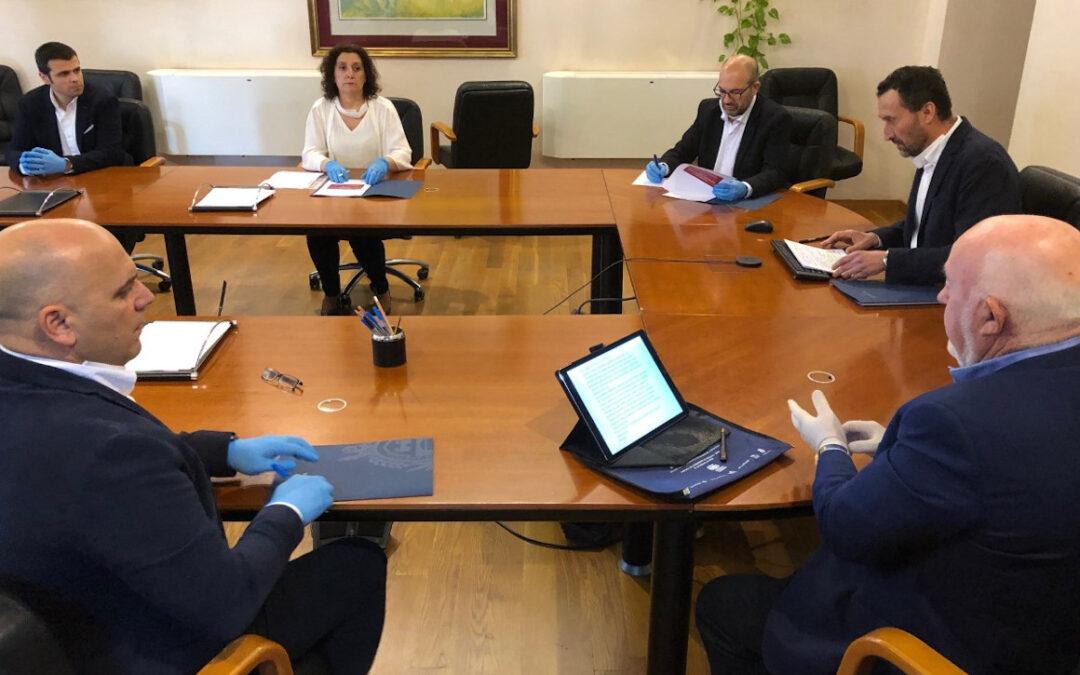 El gobierno municipal y los agentes sociales firman un acuerdo para la reactivación económica y social de Elche